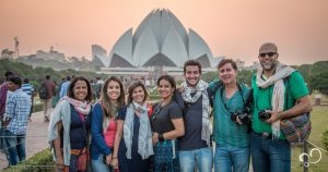 Pessoas em frente ao Lotus Temple em Delhi durante Viagem à Índia