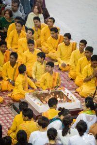 Monges sentados cerimônia em volta à fogueira em Rishikesh, na Viagem à Índia