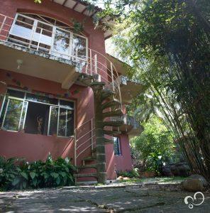 Fachada do edifício que abriga o salão de práticas e os dormitórios usados para retiro no espaço Prana Prana
